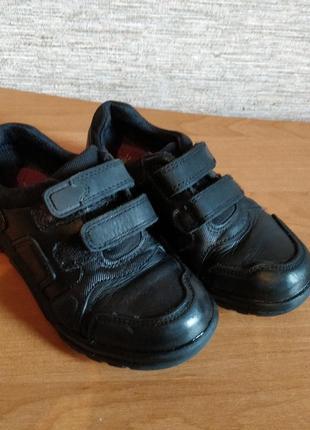 В наличии кожаные спортивные туфли на липучках на мальчика фирмы clarks