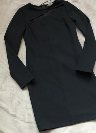 Чёрное по фигуре платье с разрезом на груди