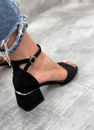 Босоножки черные с ремешком на красивом каблуке