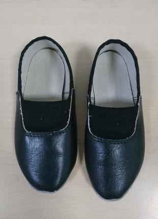 Чешки кожаные чёрного цвета.