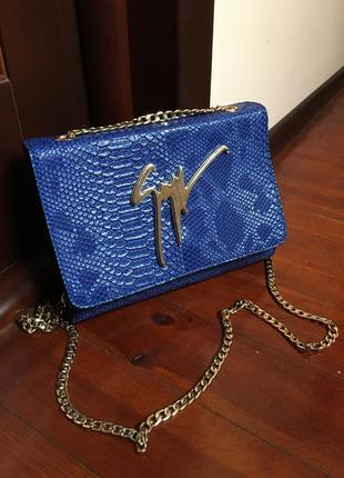 Синяя сумочка под змеиную кожу