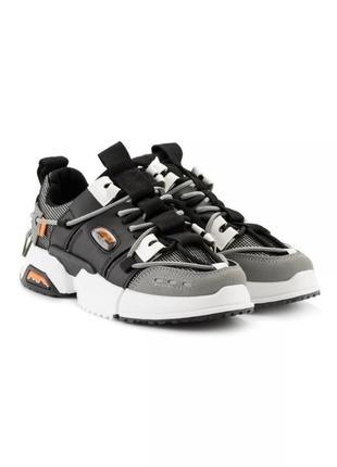 Серые кроссовки с ремешками карабинами шнурками массивные