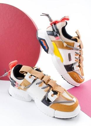 Кроссовки массивные с ремешками карабином шнурками