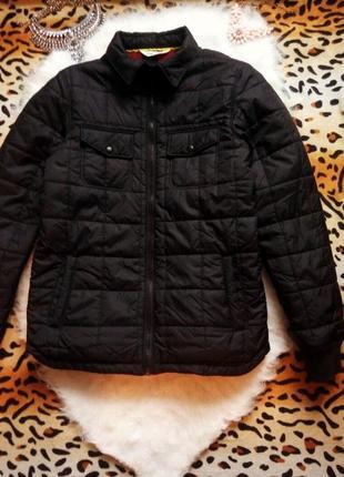 Стеганная черная куртка утепленная деми на подкладке в красную клетку короткая спорт