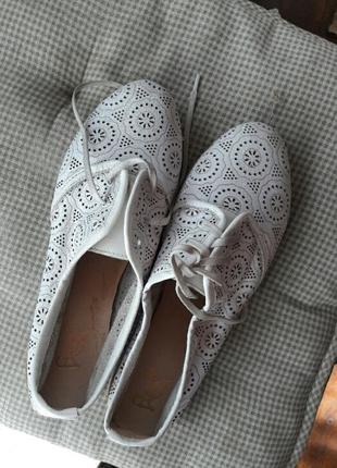 Перфарированные белые весенние туфли