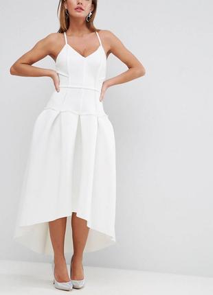 Красивое пышное, нарядное неопреновое платье средней длины с очень красивой спинкой