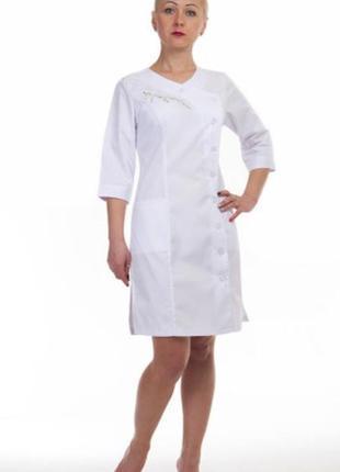 Белый халат медицинский с вышивкой сакуры, коттон, р.42-60; женская мед. одежда,893129