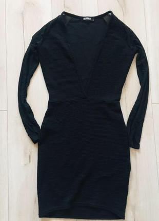 Платье чёрное с глубоким декольте