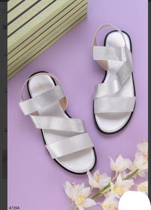 Серебристые босоножки сандалии на плоской подошве низкий ход резинке