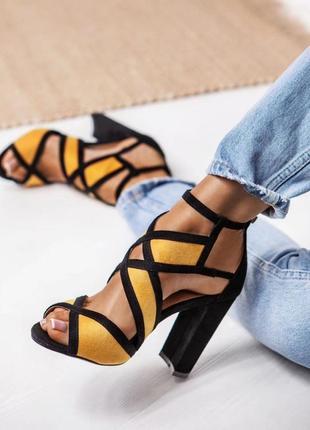Яркие босоножки черные с желтым на высоком каблуке