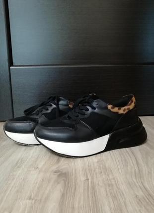 Кроссовки на подошве