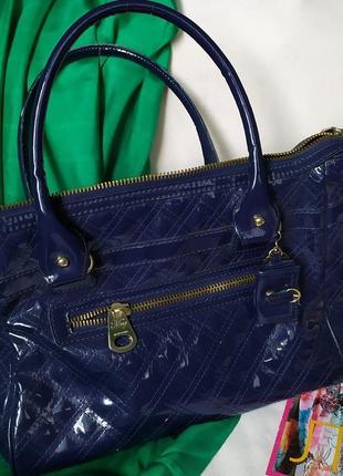 Яркая синяя лаковая стеганая сумка mango с брелоками, стиль chanel moschino