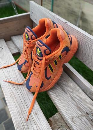 Оранжевые кроссовки унисекс adidas