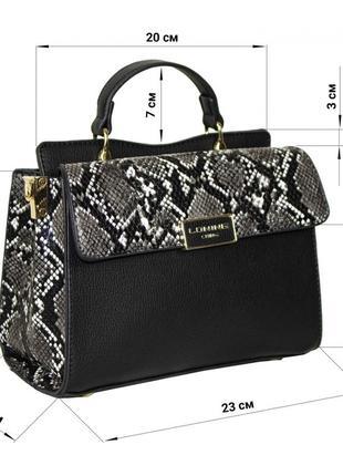 Небольшая каркасная сумочка прямоугольной формы.
