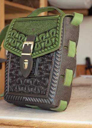 Сумка или рюкзак кожаная коричневая с оливковым с орнаментом этно стиль