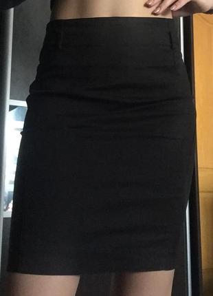Классическая зауженная чёрная юбка
