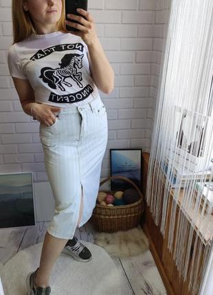 Трендовая джинсовая миди юбка на высокой посадке amisu с разрезом впереди