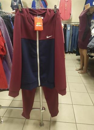 Женский спортивный костюм.