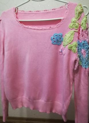 Весенний свитерок с эффектной отделкой вязаной крючком
