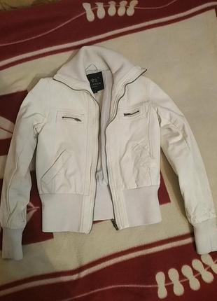 Белая курточка из кожзама
