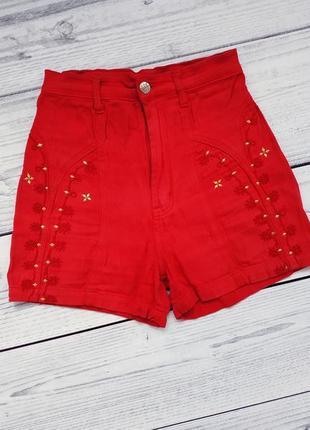 Красные шорты, высокая посадка