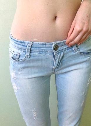 Светлые джинсы с потёртостями stradivarius