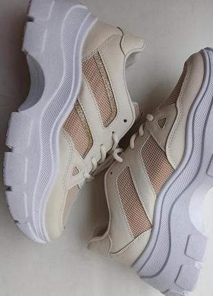 Бежевые кроссовки на толстой белой подошве с сеткой и золотыми вставками