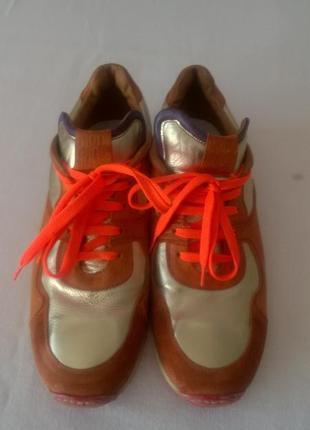 Яркие кожаные кроссовки. кожа внутри.