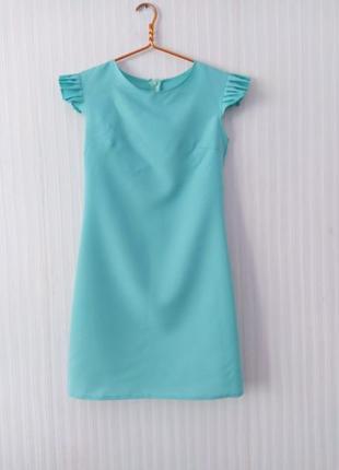 Летнее мятное голубое нарядное свободное платье футляр с рюшем воланом крылом