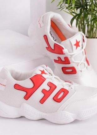 Женские кроссовки в белом цвете к красными нашивками
