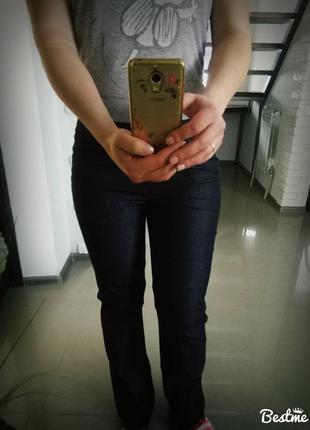 Штаны сине-серые темные.