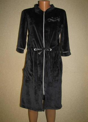 Домашний женский велюровый халат без капюшона.