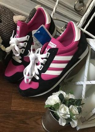 Эффектные малиновые кроссовки adidas