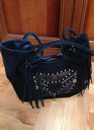 Натуральная замшевая чёрная сумка средних размеров с бахромой и меховыми вставками