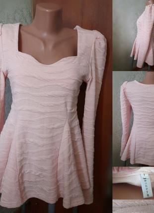 Нежно-персиковая блуза с баской
