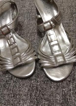 Серебристые босоножки на маленькой шпильке#размер 40/26.