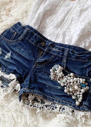 Стильные джинсовые шорты ручной работы с бусинами