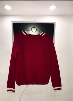 Красный свитер свитшот