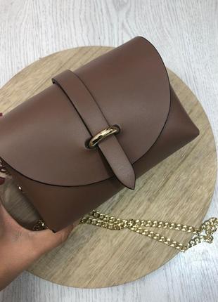 Маленькая кожаная сумочка на цепочке коричневая