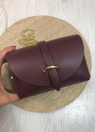 Маленькая кожаная сумочка на цепочке бордовая