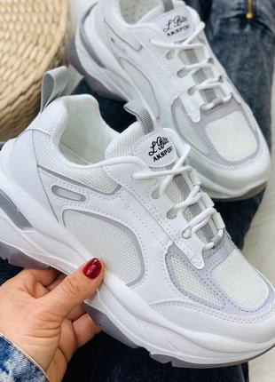 Крутые кроссовки белые