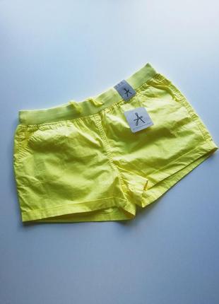 Яркие лимонные шорты