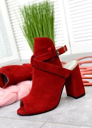 Закрытые босоножки из натуральной замши на каблуке