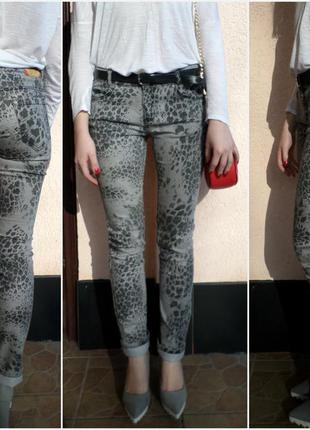 Серые обтягивающие джинсы с темным леопардовым принтом / размер m-l