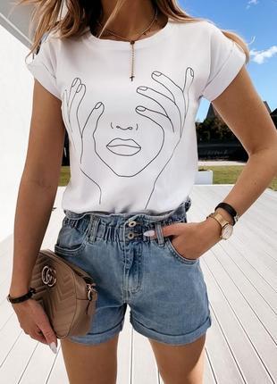 Белая футболка с принтом лицо