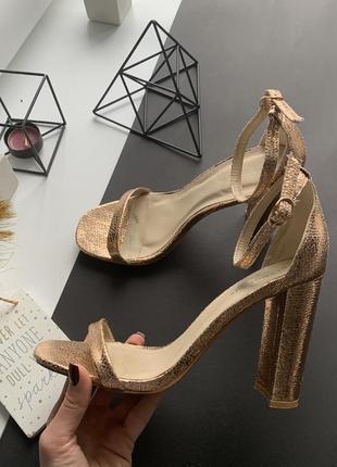 Роскошные золотые босоножки высоком каблуке с тонким переплётом 38