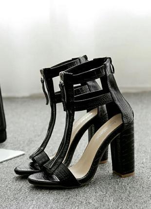 Красивые босоножки на каблуке5 фото