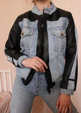 Очень стильная джинсовая куртка с кожаными вставками
