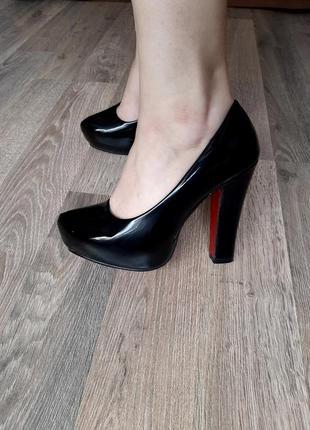 Лаковые удобные туфельки