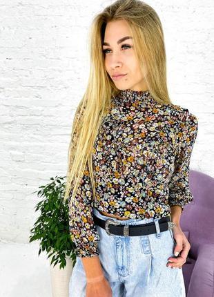 Оригинальная укороченная блуза с воротником стойкой